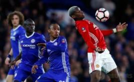 Paul Pogba (kanan) mengontrol bola saat dikawal sejumlah pemain Chelsea. (Reuters/Eddie Keogh)