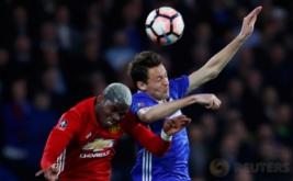 Paul Pogba (kiri) berebut bola di udara dengan Nemanja Matic. (Reuters/Eddie Keogh)