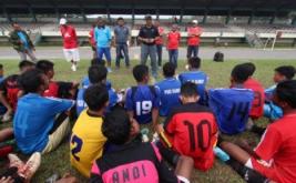 Pelatih Timnas PSSI U-16 Fachri Husaini (tengah) menyampaikan hasil penyeleksian kepada para peserta seleksi calon pemain Timnas PSSI U-16 Regional Sumatera di Stadion USU Medan, Sumatera Utara, Selasa (14/3/2017). Dalam seleksi terakhir itu, Fachri Husaini akhirnya memilih tujuh pemain kriterianya dari 47 pemain sepak bola terbaik di Sumatera sebelum mengikuti pusat pelatihan di Cijantung, Jabar pada 23-29 Maret 2017 mendatang.