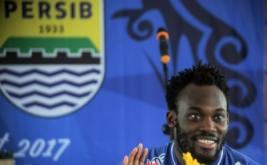 Pesepakbola Asal Ghana Michael Essien menyapa Bobotoh pada acara Ulang Tahun Persib yang ke-84 tahun di PT. Persib Bandung Bermartabat, Bandung, Jawa Barat, Selasa (14/3/2017). Mantan pesepakbola klub Chelsea FC Liga Inggris tersebut resmi bergabung dengan tim Persib Bandung untuk musim liga Indonesia 2017 mendatang dengan durasi kontrak kurang lebih satu tahun.