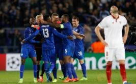 Sejumlah pemain Leicester City merayakan kemenangan mereka atas Sevilla pada leg kedua babak 16 besar Liga Champions 2016-2017 di King Power Stadium, Rabu (15/3/2017) dini hari WIB. Leicester City berhasil melaju ke perempatfinal Liga Champions 2016-2017 setelah mengalahkan Sevilla dengan skor 2-0. (Reuters/Carl Recine)