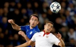 Pemain Leicester City Christian Fuchs (kiri) berebut bola di udara dengan Wissam Ben Yedder pada leg kedua babak 16 besar Liga Champions 2016-2017 di King Power Stadium, Rabu (15/3/2017) dini hari WIB. (Reuters/Carl Recine)