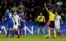 Pemain Sevilla Samir Nasri (dua kiri) mendapat kartu merah dari wasit Daniele Orsato pada leg kedua babak 16 besar Liga Champions 2016-2017 di King Power Stadium, Rabu (15/3/2017) dini hari WIB. (Reuters/Carl Recine)