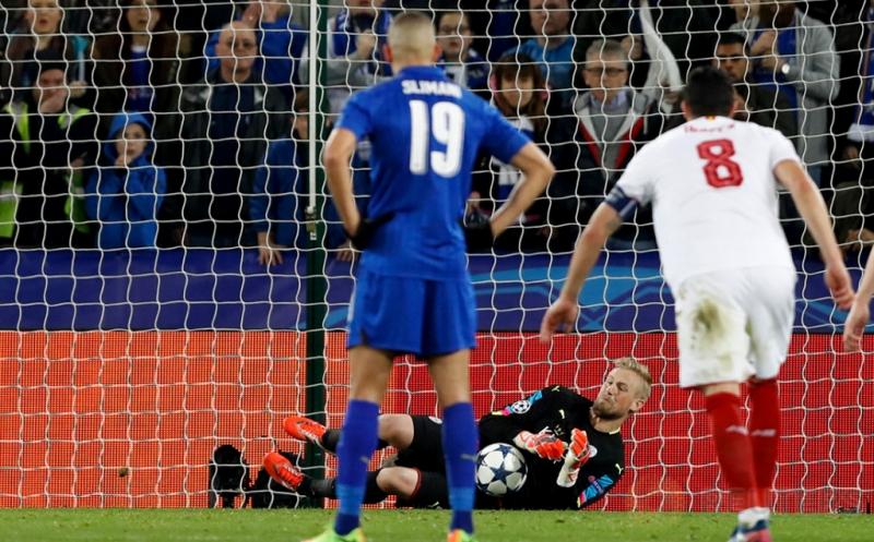 Kiper Leicester City Kasper Schmeichel (tengah) berhasil menahan tendangan penalti dari Steven N'Zonzi pada leg kedua babak 16 besar Liga Champions 2016-2017 di King Power Stadium, Rabu (15/3/2017) dini hari WIB. (Reuters/Carl Recine)