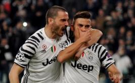 Paulo Dybala (kanan) melakukan selebrasi setelah mencetak gol ke gawang Porto pada leg kedua babak 16 besar Liga Champions di Stadion Juventus, Turin, Italia, Rabu (15/3/2017) dini hari WIB. (Reuters/Giorgio Perottino)