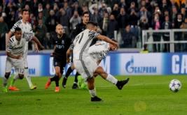 Pemain Juventus Paulo Dybala mencetak gol ke gawang Porto dari eksekusi penalti pada leg kedua Putaran 16 Liga Champions di Stadion Juventus, turin, Italia Rabu (15/3/2017) dini hari WIB. (Reuters/Giorgio Perottino)
