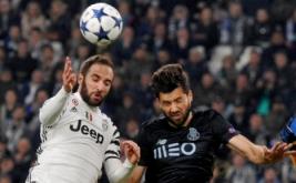 Miguel Layun (kanan) berebut bola di udara dengan Gonzalo Higuain pada leg kedua babak 16 besar Liga Champions di Stadion Juventus, Turin, Italia, Rabu (15/3/2017) dini hari WIB. (Reuters/Giorgio Perottino)