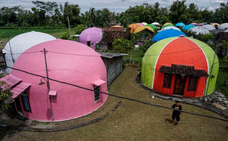 Pengecatan Rumah Desa Wisata Kampung Dome Pascagempa Bumi