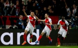 Pemain AS Monaco Kylian Mbappe (kiri) melakukan selebrasi bersama Bernardo Silva dan Benjamin Mendy seusai mencetak gol pada leg kedua babak 16 besar Liga Champions di Stade Louis II, Monaco, Kamis (16/3/2017) dini hari WIB. (Reuters/Andrew Couldridge)