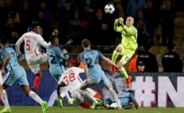 Kiper Manchester City Willy Caballero (kanan) meninju bola pada leg kedua babak 16 besar Liga Champions di Stade Louis II, Monaco, Kamis (16/3/2017) dini hari WIB. (Reuters/Eric Gaillard)