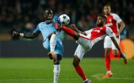 Pemain Manchester City Bacary Sagna (kiri) berebut bola dengan pemain AS Monaco Thomas Lemar pada leg kedua babak 16 besar Liga Champions di Stade Louis II, Monaco, Kamis (16/3/2017) dini hari WIB. (Reuters/Andrew Couldridge)