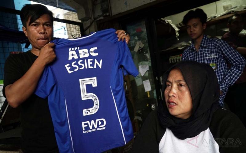 Pengusaha jersey sepakbola menunjukkan jersey Persib bertuliskan nama Michael Essien di kawasan Sidolig Bandung, Jawa Barat, Kamis (16/3/2017). Kedatangan Michael Essien yang resmi bergabung dengan Persib berdampak pada meningkatnya penjualan jersey hingga 10 persen daripada sebelumnya.
