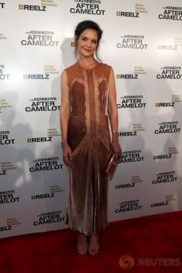 Pilih Busana Serasi Warna Kulit, Katie Holmes Makin Terlihat Cantik