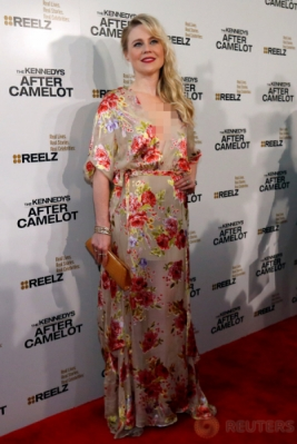 Kristin Booth dengan Gaun Motif Bunga