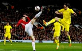 Zlatan Ibrahimovic (dua kiri) menendang bola di atas kepalanya pada leg kedua babak 16 besar Liga Eropa 2016-2017, di Stadion Old Trafford, Jumat (17/3/2017) dini hari WIB. (Reuters/Jason Cairnduff)