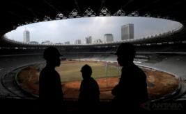 Siluet pekerja saat berlangsung renovasi Stadion Utama Gelora Bung Karno di Senayan, Jakarta, Jumat (17/3/2017). Kemenpora menyatakan renovasi stadion untuk Asian Games 2018 tersebut sudah mencapai sekira 47,5 persen dan ditargetkan selesai pada Oktober 2017 agar dapat segera dilakukan tes event 10 cabang olahraga.