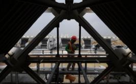 Pekerja bersiap melakukan pengelasan saat merenovasi Stadion Utama Gelora Bung Karno di Senayan, Jakarta, Jumat (17/3/2017). Kemenpora menyatakan renovasi stadion untuk Asian Games 2018 tersebut sudah mencapai sekira 47,5 persen dan ditargetkan selesai pada Oktober 2017 agar dapat segera dilakukan tes event 10 cabang olahraga.