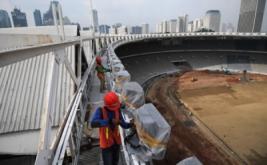 Pekerja mengecek sistem kelistrikan lampu Stadion Utama Gelora Bung Karno di Senayan, Jakarta, Jumat (17/3/2017). Kemenpora menyatakan renovasi stadion untuk Asian Games 2018 tersebut sudah mencapai sekira 47,5 persen dan ditargetkan selesai pada Oktober 2017 agar dapat segera dilakukan tes event 10 cabang olahraga.