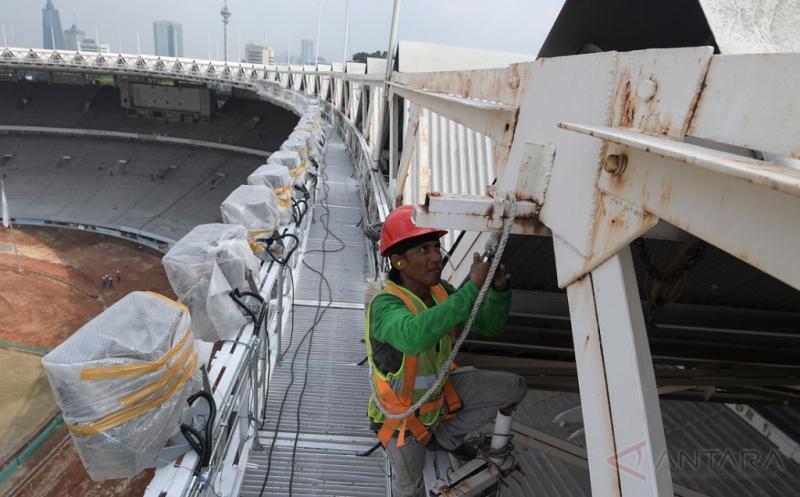 Pekerja memasang tali pengaman saat merenovasi Stadion Utama Gelora Bung Karno di Senayan, Jakarta, Jumat (17/3/2017). Kemenpora menyatakan renovasi stadion untuk Asian Games 2018 tersebut sudah mencapai sekira 47,5 persen dan ditargetkan selesai pada Oktober 2017 agar dapat segera dilakukan tes event 10 cabang olahraga.