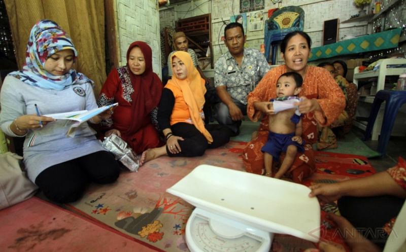 Petugas Puskesmas Gorontalo Kunjungi Rumah Warga Tangani Pelayanan Pasien Gizi Buruk