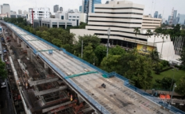 Pemandangan pembangunan jalur layang MRT koridor selatan-utara, Lebak Bulus-Bundaran HI di kawasan Blok M, Jakarta, Sabtu (18/3/2017). Pengerjaan mass rapid transit (MRT) tahap pertama elevated sector atau sektor layang, Lebak Bulus-Patung Senayan sudah mencapai 4,9 km atau 49,1 persen dari total panjang 10 km dan akan beroperasi Maret 2019.