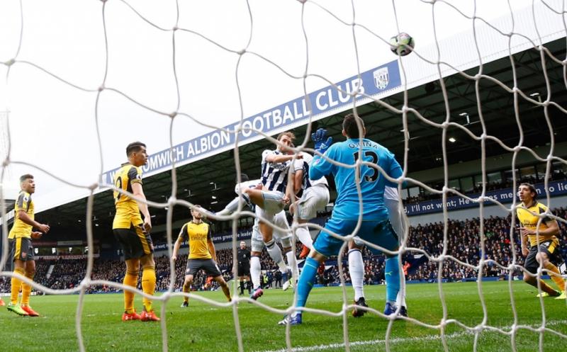 Craig Dawson mencetak gol ke gawang Arsenal. (Reuters/Darren Staples)
