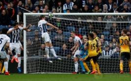 Craig Dawson mencetak gol ke gawang Arsenal. (Reuters/Andrew Boyers)
