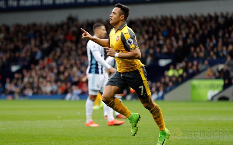 Alexis Sanchez selebrasi usai mencetak gol ke gawang West Bromwich Albion. (Reuters/Darren Staples)