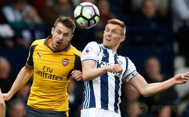 Aaron Ramsey (kiri) berebut bola di udara dengan Darren Fletcher. (Reuters/Andrew Boyers)