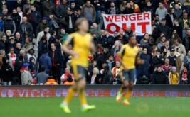 """Suporter Arsenal membawa spanduk bertuliskan """"Wenger Out"""" saat menyaksikan laga Arsenal kontra West Bromwich Albion pada pekan ke-29 Liga Inggris 2016-2017. Suporter Arsenal meminta pihak manajemen Arsenal memutuskan kontrak dengan pelatih Arsene Wenger menyusul hasil buruk selalu diterima Tim Meriam London. (Reuters/Darren Staples)"""