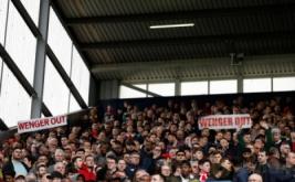 """Suporter Arsenal membawa spanduk bertuliskan """"Wenger Out"""" saat menyaksikan laga Arsenal kontra West Bromwich Albion pada pekan ke-29 Liga Inggris 2016-2017. Suporter Arsenal meminta pihak manajemen Arsenal memutuskan kontrak dengan pelatih Arsene Wenger menyusul hasil buruk selalu diterima Tim Meriam London. (Reuters/Andrew Boyers)"""