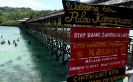 Sejumlah pengunjung menikmati libur akhir pekan di Pulau Karampuang, Mamuju, Sulawesi Barat. Minggu (19/3/2017). Pulau karampuang merupakan salah satu tempat favorit yang ramai dikunjungi wisatawan dalam maupun luar negeri untuk melakukan snorkeling karena dikenal dengan keindahan terumbu karangnya.