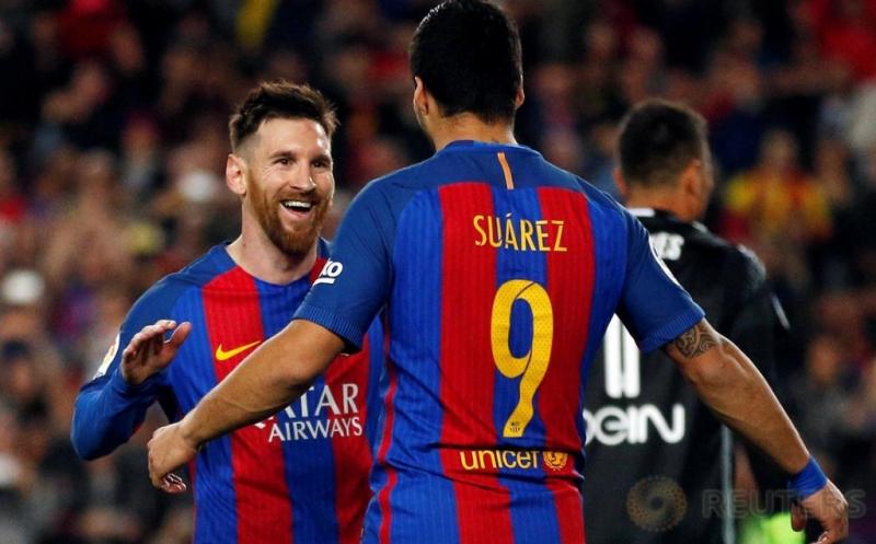 Pemain Barcelona Lionel Messi dan Luis Suarez melakukan selebrasi usai mencetak gol kegawang Valencia dalam laga jornada 28 Liga Spanyol 2016-2017 di Camp Nou, Senin (20/3/2017) dini hari WIB. Lionel Messi kembali jadi inspirator kemenangan Blaugrana dengan sumbangan dua golnya.