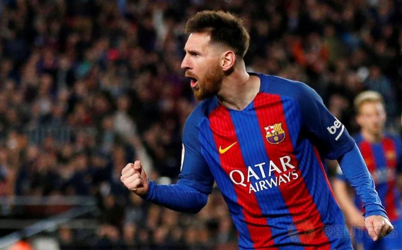 Pemain Barcelona Messi melakukan selebrasi usai mencetak gol kegawang Valencia dalam laga jornada 28 Liga Spanyol 2016-2017 di Camp Nou, Senin (20/3/2017) dini hari WIB. Lionel Messi kembali jadi inspirator kemenangan Blaugrana dengan sumbangan dua golnya.