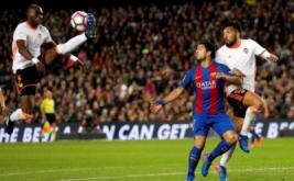 Gaya peyerang Barcelona Luis Suarez saat berlaga melawan Valencia di Camp Nou, Senin (20/3/2017). Suarez menyumbang satu gol dalam laga ini.