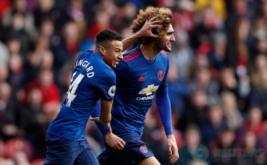 Dua pemain Manchester United Jesse Lingard Marouane Fellaini melakukan selebrasi usai mecetak gol kegawag Middlesbrough  pada laga Liga Inggris di Stadion Riverside, Inggris. Walau main tandang, MU berhasil menang 3-1.