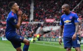Dua pemain Manchester United Jesse Lingard-Asley Young melakukan selebrasi usai mecetak gol kegawag Middlesbrough  pada laga Liga Inggris di Stadion Riverside, Inggris. Walau main tandang, MU berhasil menang 3-1.