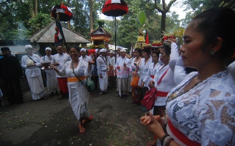2.000 Umat Hindu Ikuti Upacara Melasti Sambut Hari Raya Nyepi
