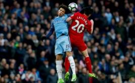 Pemain Liverpool Adam Lallana (kanan) berebut bola di udara dengan Leroy Sane pada laga lanjutan Liga Inggris 2016-2017 di Etihad Stadium, Senin (20/3/2017) dini hari WIB. Manchester City harus puas berbagi poin dengan Liverpool setelah kedua tim bermain imbang 1-1. (Reuters/Andrew Yates)