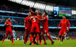 Pemain Liverpool James Milner melakukan selebrasi setelah mencetak gol ke gawang Man City dengan sejumlah pemain Liverpool lainnya pada laga lanjutan Liga Inggris 2016-2017 di Etihad Stadium, Senin (20/3/2017) dini hari WIB. Manchester City harus puas berbagi poin dengan Liverpool setelah kedua tim bermain imbang 1-1. (Reuters/Jason Cairnduff)