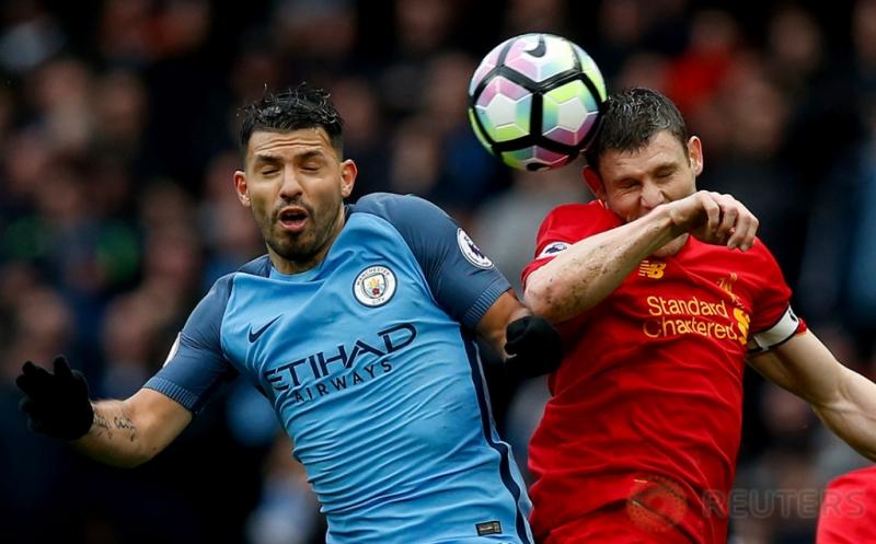 Pemain Manchester City Sergio Aguero (kiri) berebut bola dengan pemain Liverpool James Milner pada laga lanjutan Liga Inggris 2016-2017 di Etihad Stadium, Senin (20/3/2017) dini hari WIB. Manchester City harus puas berbagi poin dengan Liverpool setelah kedua tim bermain imbang 1-1. (Reuters/Andrew Yates)