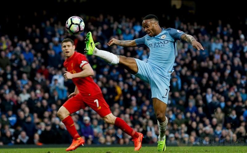 Pemain Manchester City Raheem Sterling (kanan) mencoba mencetak gol ke gawang Liverpool pada laga lanjutan Liga Inggris 2016-2017 di Etihad Stadium, Senin (20/3/2017) dini hari WIB. Manchester City harus puas berbagi poin dengan Liverpool setelah kedua tim bermain imbang 1-1. (Reuters/Andrew Yates)