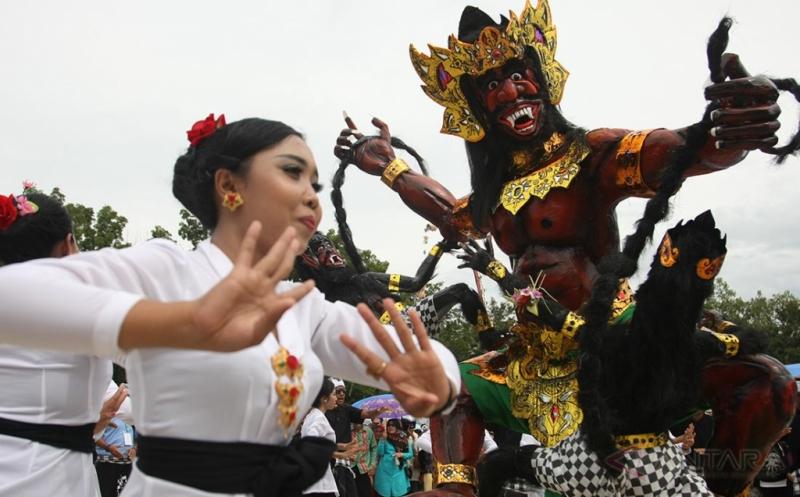 """Seorang wanita Umat Hindu menari saat festival """"Ogoh-ogoh"""" menyambut Hari Raya Nyepi di Kabupaten Konawe, Sulawesi Tenggara, Minggu (19/3/2017). Ribuan umat Hindu mengarak belasan Ogoh-ogoh dalam menyambut Hari Raya Ngepi Tahun Baru Saka 1939."""