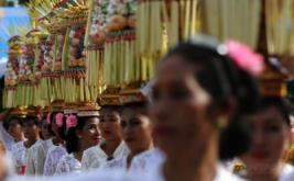 """Umat Hindu membawa sesaji aneka buah di festival """"Ogoh-ogoh"""" menyambut Hari Raya Nyepi di Kabupaten Konawe, Sulawesi Tenggara, Minggu (19/3/2017). Ribuan umat Hindu mengarak belasan Ogoh-ogoh dalam menyambut Hari Raya Ngepi Tahun Baru Saka 1939."""