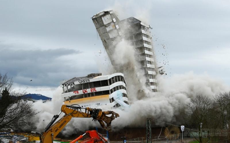Detik-detik perobohan Gedung Bonn Center di Bonn, Jerman, Minggu (19/3/2017) waktu setempat. Gedung yang memiliki 18 lantai tersebut dihancurkan dengan bahan peledak. (REUTERS/Thilo Schmuelgen)