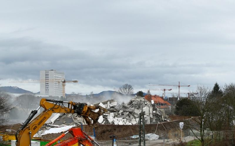 Gedung Bonn Center rata dengan tanah setelah dirobohkan di Bonn, Jerman, Minggu (19/3/2017) waktu setempat. Gedung yang memiliki 18 lantai tersebut dihancurkan dengan bahan peledak. (REUTERS/Thilo Schmuelgen)