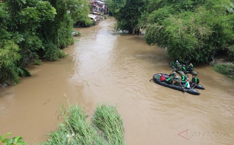 Prajurit TNI, anggota Polri dan aktivis lingkungan mengunakan perahu karet menyusuri Sungai Deli, di Medan, Sumatera Utara, Senin (20/3/2017). Kegiatan tersebut untuk memantau kelestarian lingkungan sungai sekaligus memperingati Hari Air Sedunia.