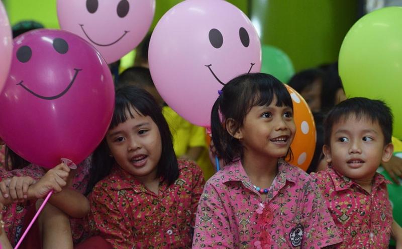 Siswa-siswi Pendidikan Anak Usia Dini (PAUD) dan Taman Kanak-kanak (TK) mendengarkan dongeng di Stasiun Gambir, Jakarta Pusat, Senin (20/3/2017). Kegiatan tersebut dalam rangka memperingati Hari Dongeng Sedunia.