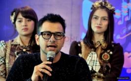 Raffi Ahmad saat menjawab pertanyaan media pada konferensi pers HUT Dahsyat di MNC Tower 2, Kebon Jeruk, Jakarta Barat, Senin (20/3/2017). '9'enerasi Dahsyat merupakat tema dalam kemeriahan perayaan ulang tahun Dahsyat yang akan digelar pada Rabu 22 Maret nanti.