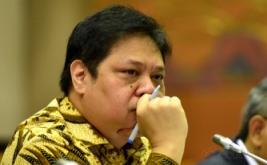 Menteri Perindustrian Airlangga Hartarto mengikuti rapat kerja dengan Komisi VI DPR di Kompleks Parlemen Senayan, Jakarta, Senin (20/3/2017). Rapat itu salah satunya membahas realisasi penggunaan anggaran Kementerian Perindustrian 2016 sebesar Rp2,069 triliun atau 95 persen dari pagu anggaran sebesar Rp2,164 triliun.